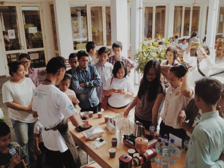 After completing the 3-day ABCD Class, Nugie displayed his manual brewing skills in Goethe Haus on December 21, 2014 in an event to commemorate the tsunami disaster in Aceh in 2004. Nugie fluently explained the basic principles of manual brewing to his audience.